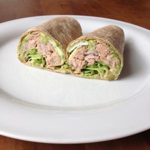 Volkoren wraps met tonijnsalade, avocado en sla.