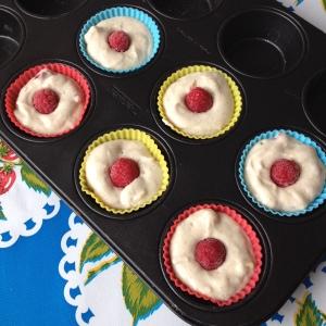 Pre oven muffins met frambozen.