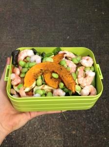 Pompoen-garnalen salade to go.